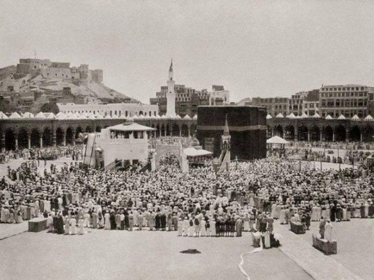Alleen als moslim mocht Snouck de heilige stad Mekka in. Toen het toch te gevaarlijk werd, vluchtte hij met achterlating van zijn foto's. Die werden hem nagezonden, en maakten hem later wereldwijd beroemd.  Beeld Christiaan Snouck Hurgonje