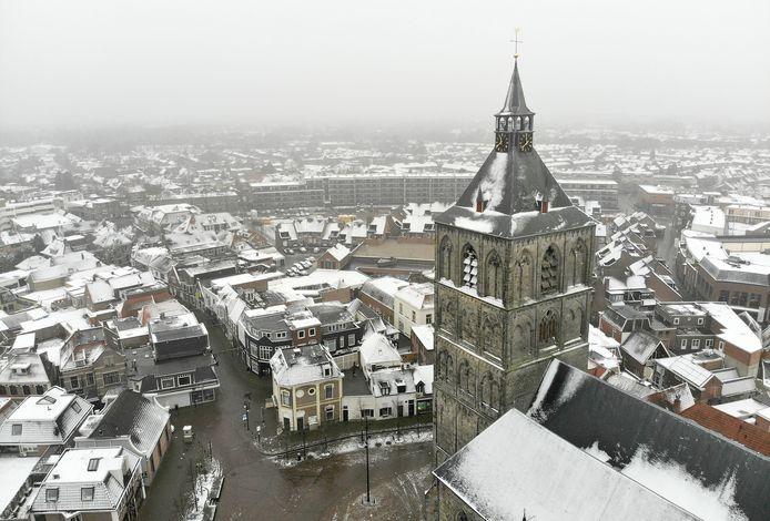 Dun laagje sneeuw over het centrum van Oldenzaal en Plechelmusbasiliek.