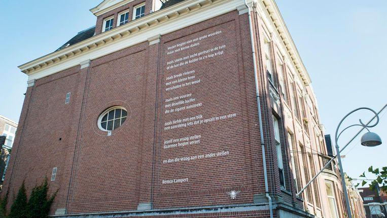 De op de zijgevel aangebrachte tekst is het middelste gedeelte van dat gedicht. Beeld Charlotte Odijk