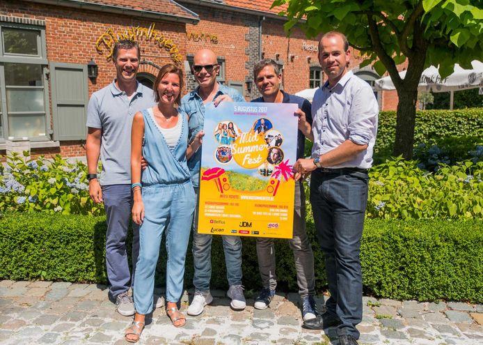De organisatoren van Mid Summer Fest met zanger Kid Coco van de Dinky Toys.