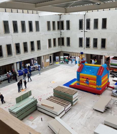 Bijna duizend belangstellenden bekijken bouw van nieuwe Saxenburgh Medisch Centrum in Hardenberg