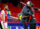 Jürgen Klopp feliciteert Georginio Wijnaldum na de 0-1 zege, terwijl Zakaria Labyad teleurgesteld toekijkt