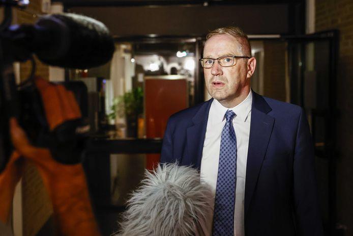 SGP-wethouder Geert Post na afloop van een spoedberaad. De wethouder legt zijn taken voorlopig neer, nadat bekend werd dat hij werkzaam is voor het transportbedrijf van zijn zoon. Post verzweeg dit.