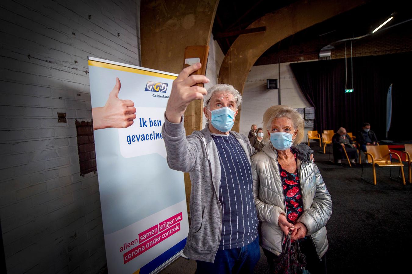 Een selfie maken is op de priklocaties van de GGD Noord- en Oost-Gelderland niet meer toegestaan.