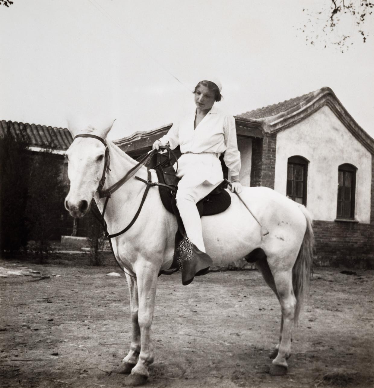 Ellen Thorbecke (1902 - 1973) in China. De fotograaf is onbekend. Beeld Nederlands Fotomuseum