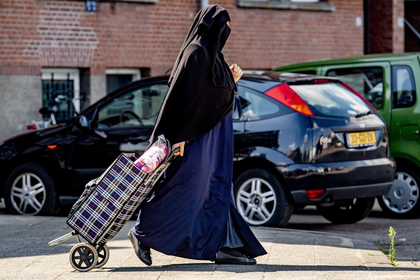 In onder meer het openbaar vervoer, ziekenhuizen en overheidsgebouwen is het vanaf 1 augustus niet meer toegestaan om gezichtsbedekkende kleding te dragen.