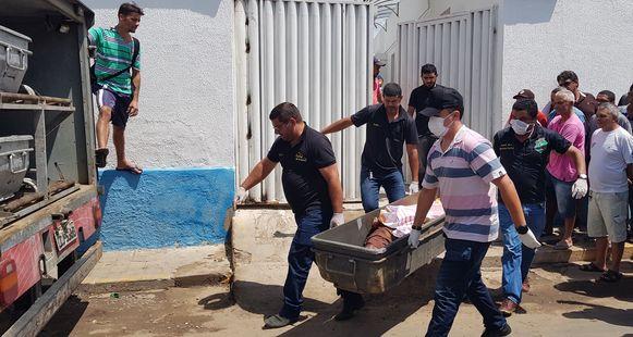 Een van de slachtoffers van het dodelijke vuurgevecht wordt weggedragen.