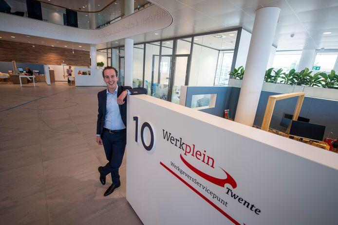 Wethouder Arjen Maathuis bij de de balies van het nieuwe Werkplein, dat is ingericht in de hal van het stadhuis. Het gaat goed met de werkgelegenheid in Almelo, maar terugdringen van het aantal bijstandsuitkeringen stagneert.