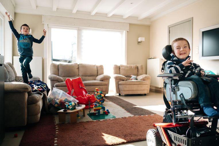 """Dolle pret in de huiskamer: """"Tuur is mentaal heel sterk. Het is een goedlachs kind en hij kan goed praten."""" Beeld Wouter Van Vooren"""
