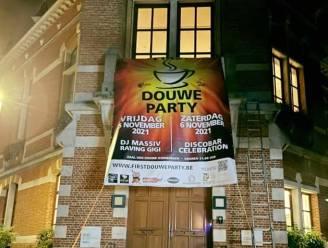Spandoek 'First Douwe Party' moest van gemeentehuis af