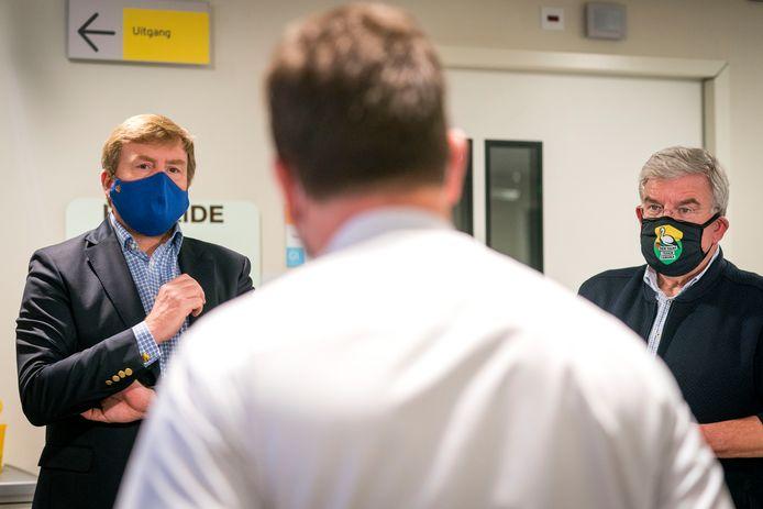 De koning was tijdens de nieuwjaarsnacht op stap met burgemeester Jan van Zanen van Den Haag.