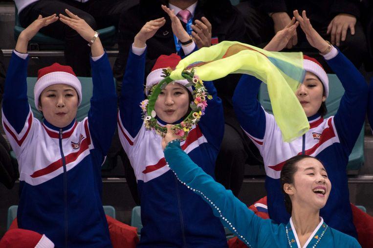 Noord-Koreaanse cheerleaders tijdens de hockeymatch tegen Zweden. Beeld AFP