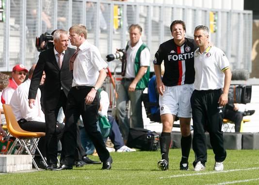 Ron Vlaar gaat kermend van de pijn het veld af bij Roda JC - Feyenoord op 16 augustus 2007. Pas twee jaar later maakt hij zijn rentree.