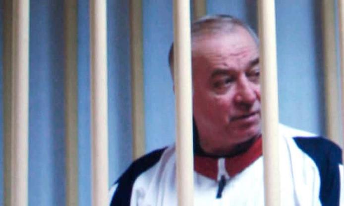 Sergei Skripal op een foto uit 2006 waarop hij achter de tralies zit in een rechtszaal in Moskou.