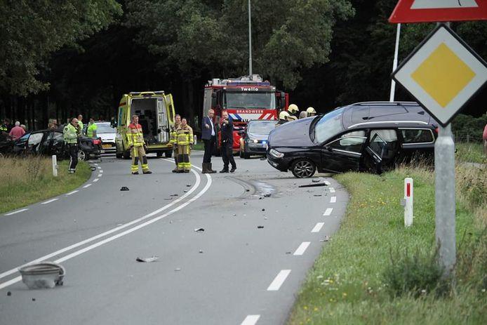 Ravage na een verkeersongeval met drie auto's in Twello.
