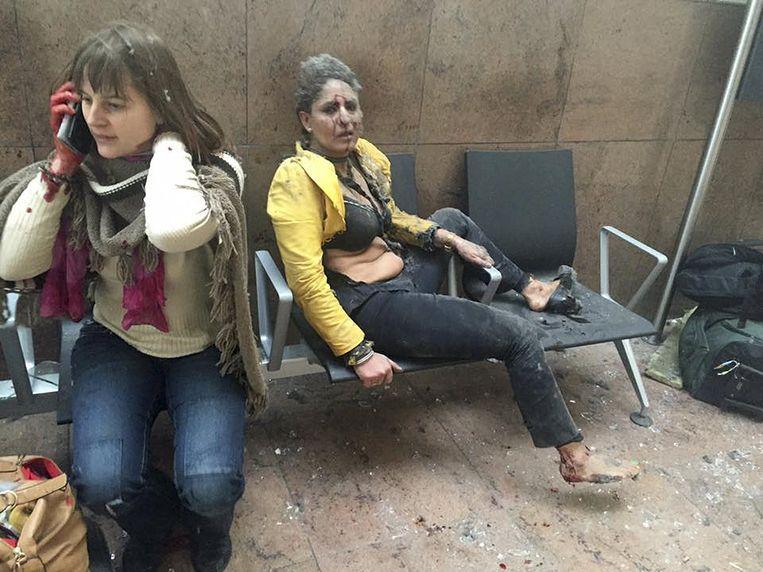 Twee gewonde vrouwen vlak na de aanslagen in Zaventem. Beeld REUTERS