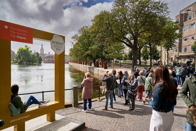 Toeristen bij de Hofvijver in Den Haag Beeld Phil Nijhuis