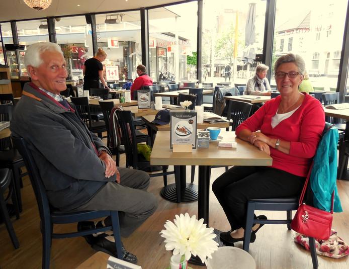 Johan en zijn dochter Els bij lunchroom De Carrousel.