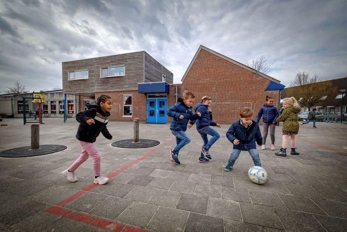 Spelende kinderen op het schoolplein van basisschool Kinderboom in Kaatsheuvel.