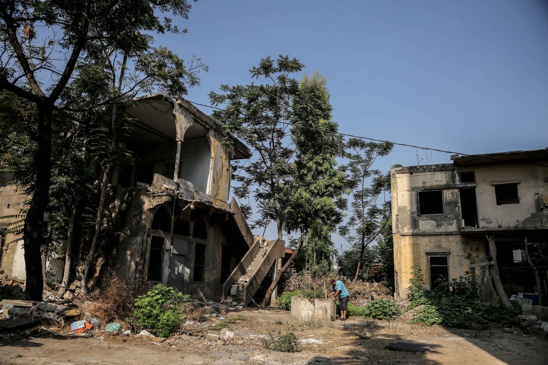 In de wijk Karantina, dicht bij het havengebied, is de schade en het puin nog overal zichtbaar.  Beeld Reporters / DPA