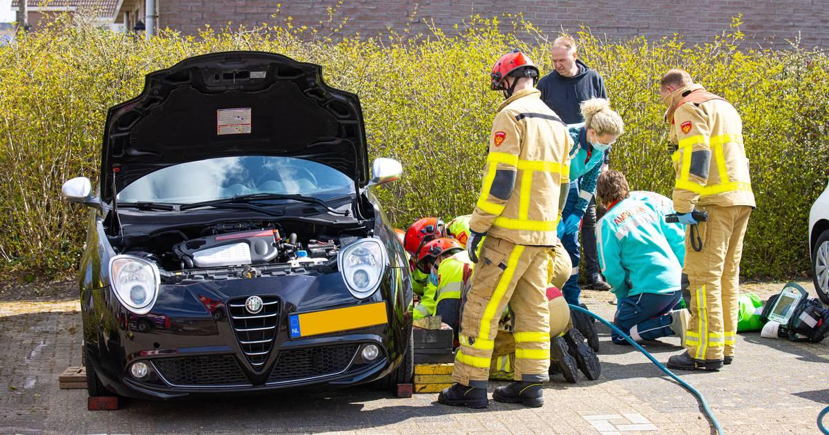 Man in Wezep raakt bekneld onder zijn auto na klusongeluk'.