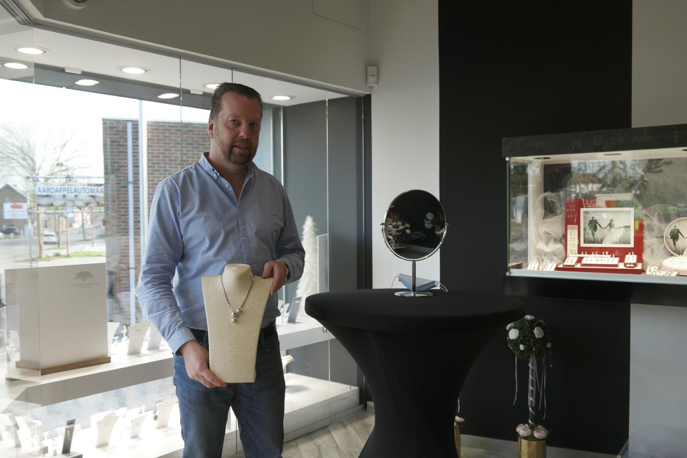 Volgens juwelier Wim Ruelens hoeft een juweel niet noodzakelijk peperduur te zijn.