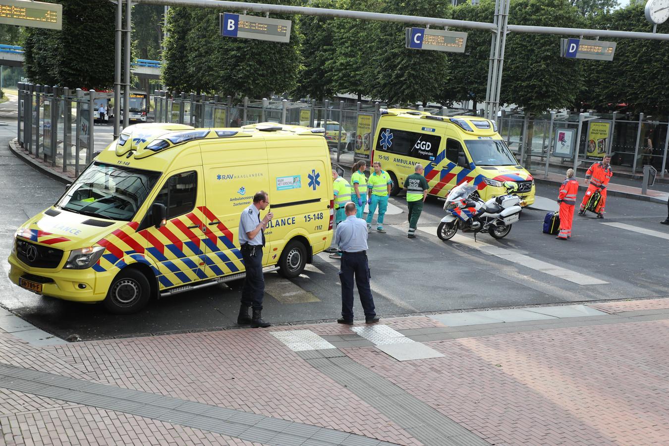 Ambulances bij het busstation na een steekpartij tussen tieners in juni vorig jaar.