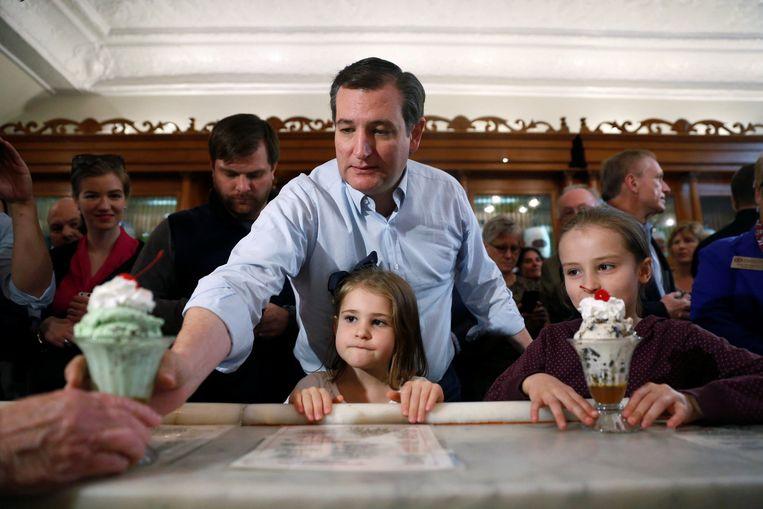 Ted Cruz trakteert zijn twee dochters Caroline en Catharine op een ijscoupe in ijszaak Zaharakos in Columbus, Indiana. Cruz concentreert zich op Indiana, in de hoop daar Trump te stoppen. Beeld Reuters