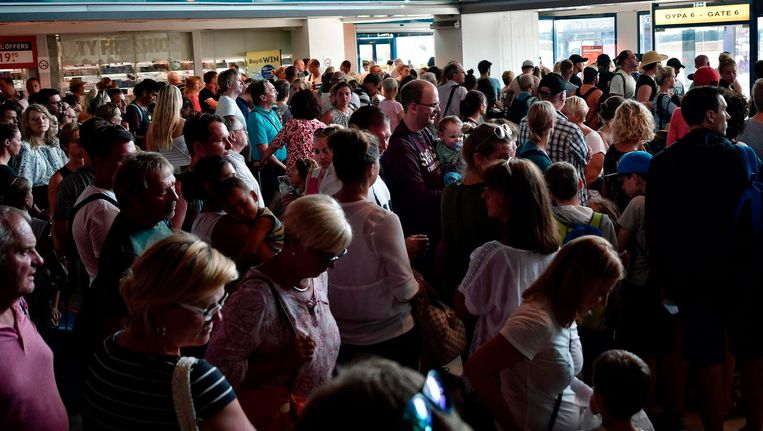 Door de zomerdrukte op de luchthavens hopen de migranten dat hun valse paspoorten niet zullen opvallen. Beeld afp