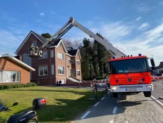 Brandweer blust schouwbrand op Buke