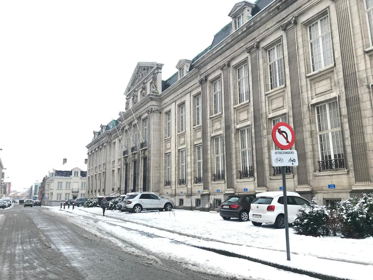 De rechtbank in Kortrijk in de sneeuw vanmorgen