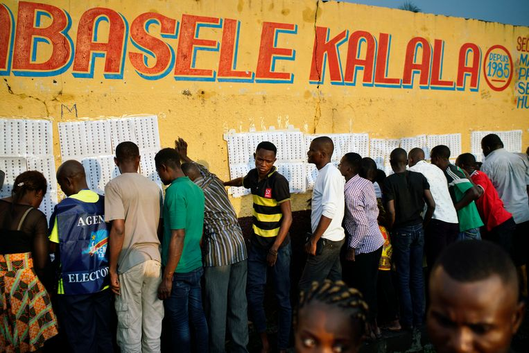 Stemmers checken hun registratie om te mogen stemmen.  Beeld AP