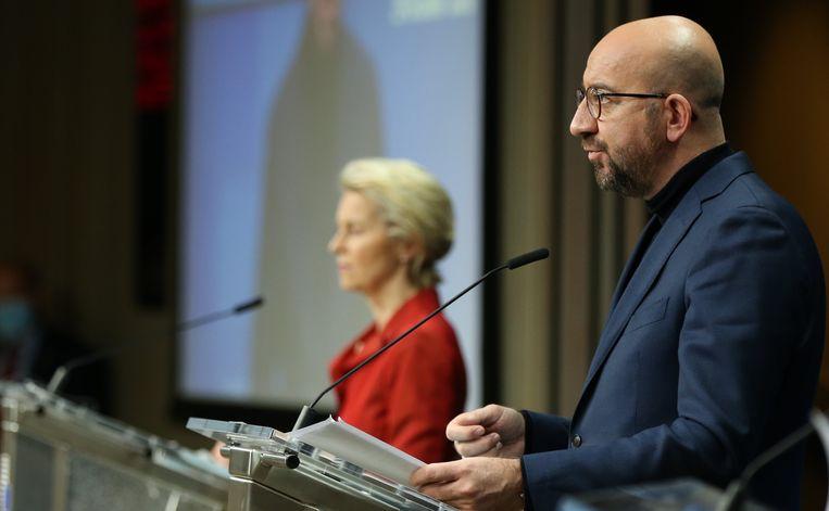 President van de Europese Commissie Ursula von der Leyen en de president van de Europese Raad Charles Michel tijdens een persconferentie. Beeld Photo News