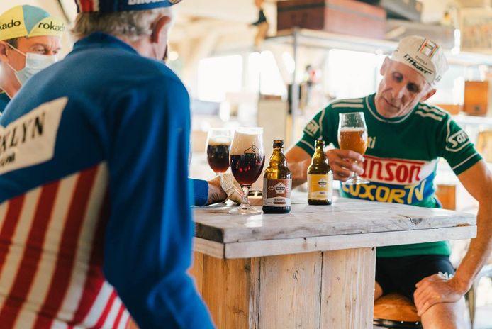 De bezoekers van De Musette genieten van het bier van Time Out.