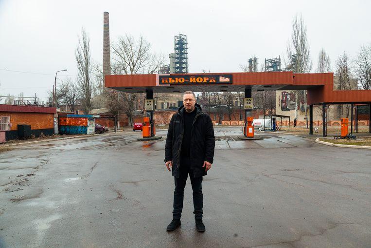 Nikolaj Lenko, burgemeester van Novgorodske, bij het tankstation in zijn plaats met de naam 'New York'. Beeld Vadym Farion