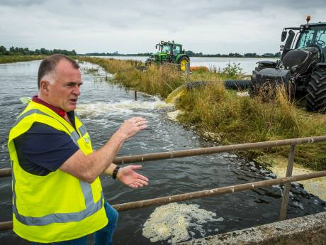 Het dijkwater wordt weggepompt, maar de Hattemse Zomerdijk staat nog steeds onder druk: 'Spanning blijft'