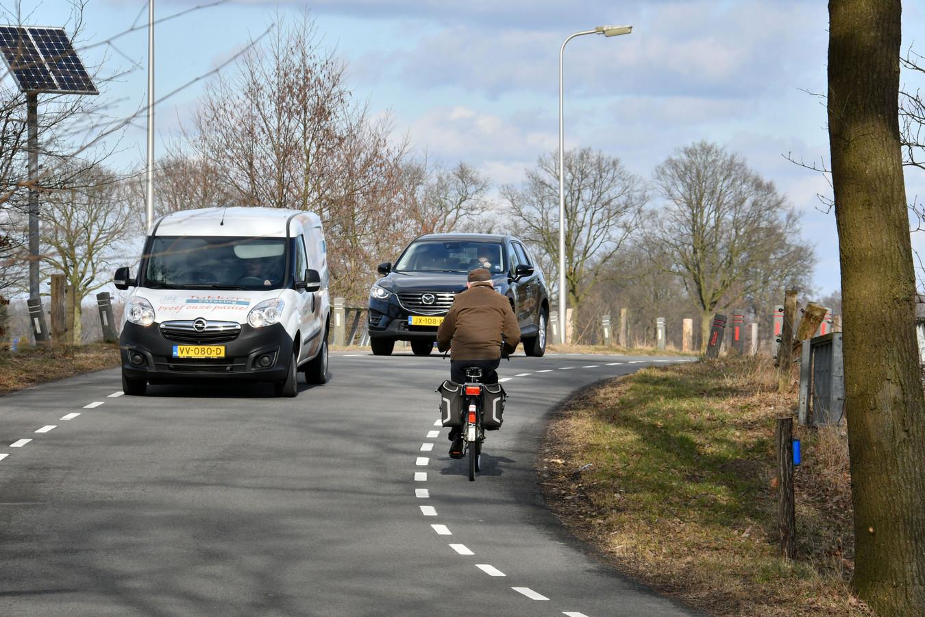 Over de aanleg van een vrijliggend fietspad langs de Ypeloweg bij Enter wordt al 25 jaar gepraat.