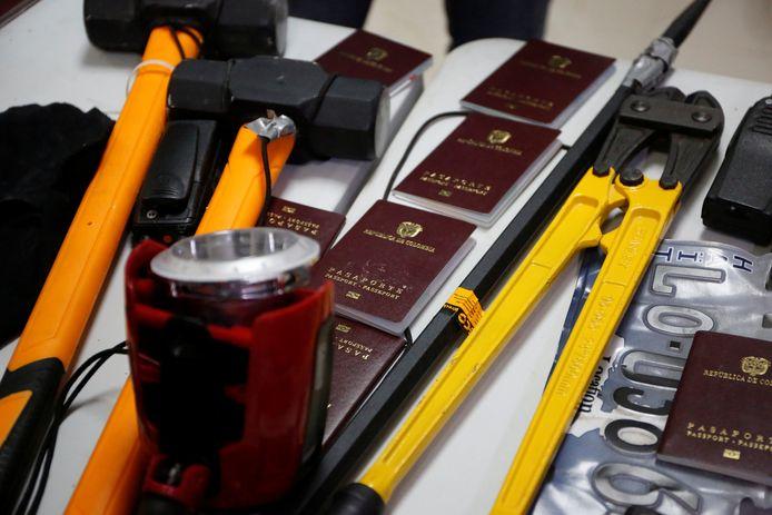 Paspoorten en gereedschap dat werd in beslag genomen bij de arrestatie van de verdachten.