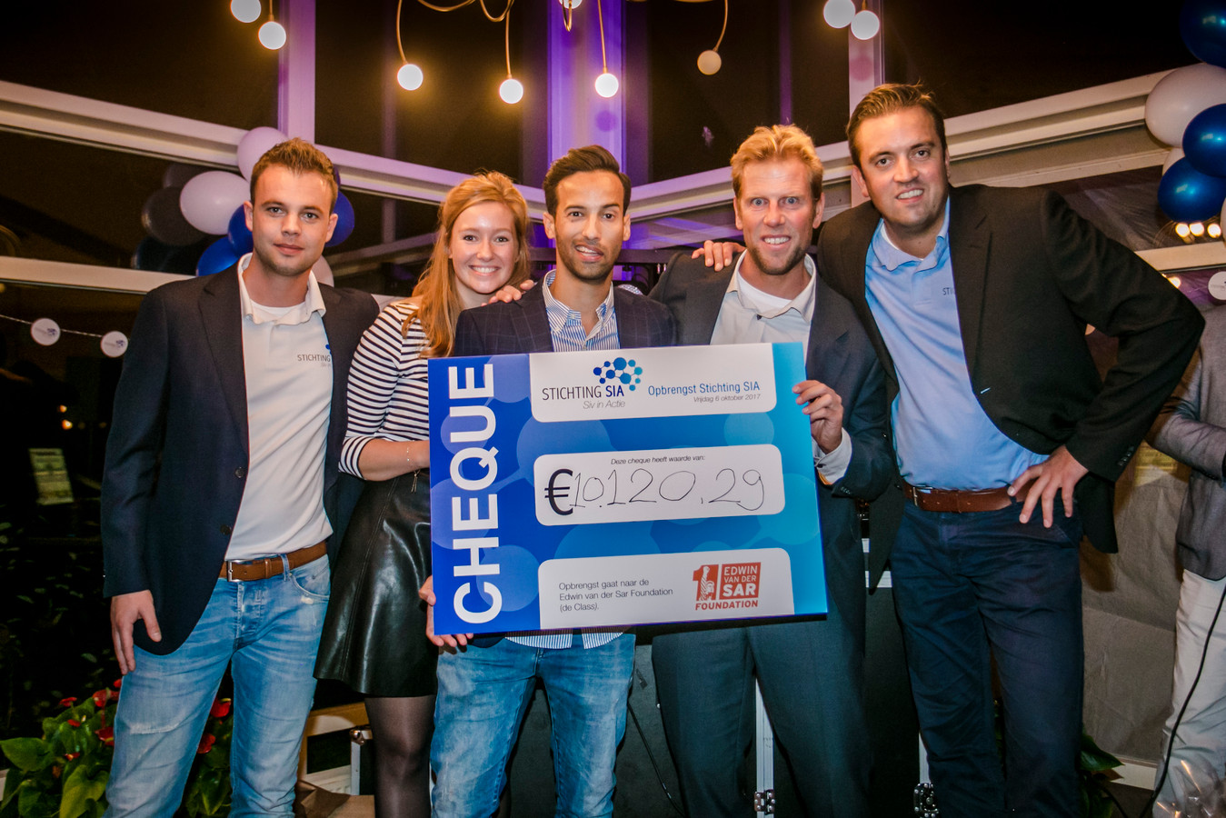 Sivan Kornmann  (midden) met de cheque.
