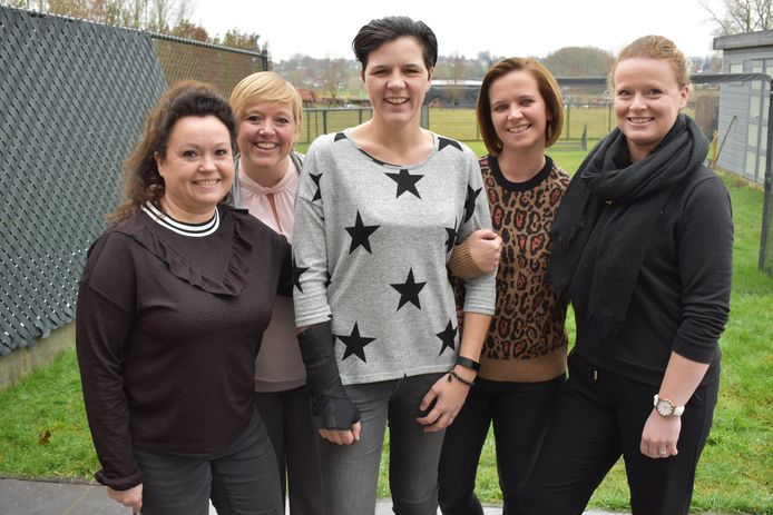 Lies (midden) is blij met de steun van haar vriendinnen en collega's.