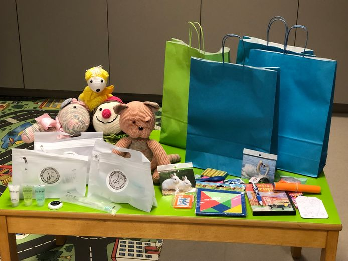 De pakketten bevatten zowel speelgoed als een verzorgingsset voor de ouders