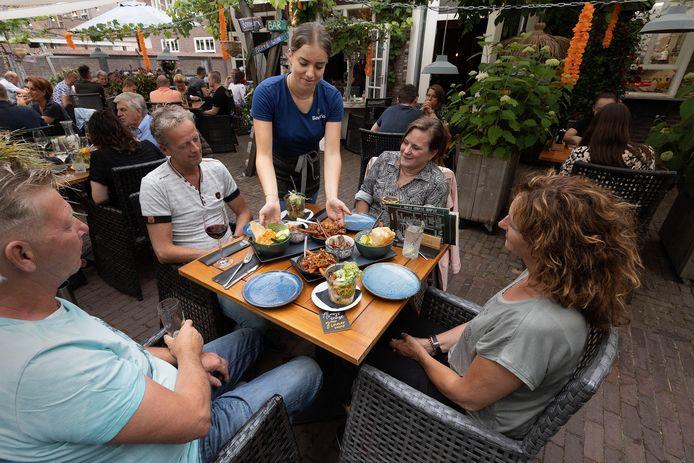 Een nagenoeg vol terras bij restaurant NU in Eersel.