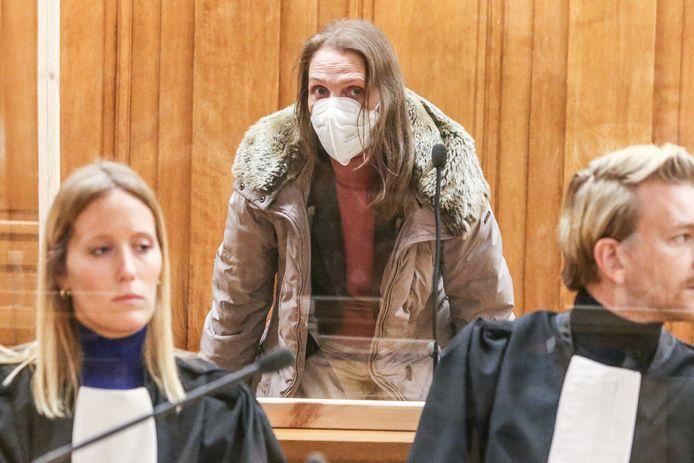 Alinda Van der Cruysen met haar advocaten Anouck Paquier en Nick Heinen in het Leuvense assisenhof.