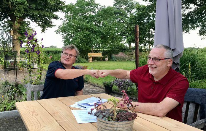 De afdelingsvoorzitters Remi de la Haye (PvdA, rechts) en Jan Willem Meijberg (GroenLinks, links) hebben hun handtekening  onder de samenwerkingsovereenkomst gezet.