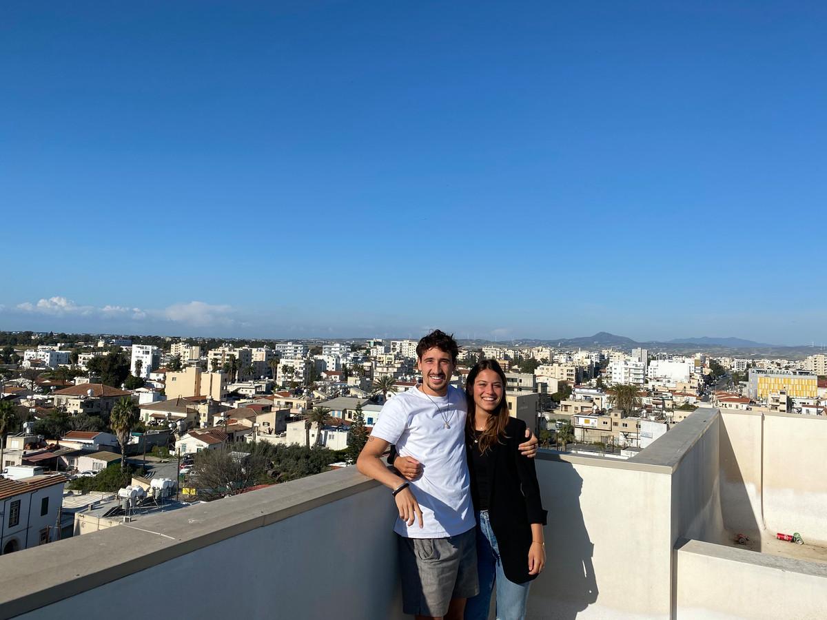 Bodi Brusselers met zijn vriendin Maartje op het dak van hun appartement in Larnaca