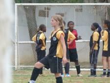 ADO-speelsters Anne en Laura leerden voetballen in Afrika: 'Ik kreeg eens een tongzoen van een giraf'