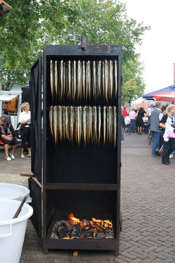 Het roken van verse paling in de rookkast