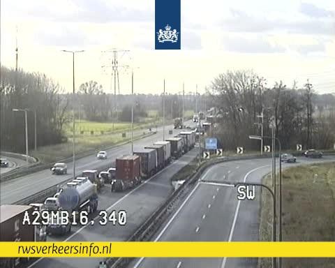 Een gedeelte van de A29 is dicht door een ongeluk met een vrachtwagen.