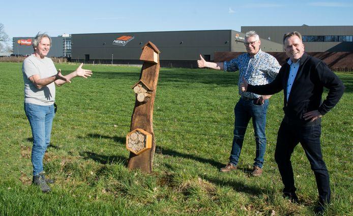 Norbert Kuipers (rechts) van Hebo Kozijnen en Vincent Nollen (midden) van Bakkerij Nollen uit Hengevelde ontvingen uit handen van Han Noordink een insectenhotel als dank voor hun steun aan Hofvogels.