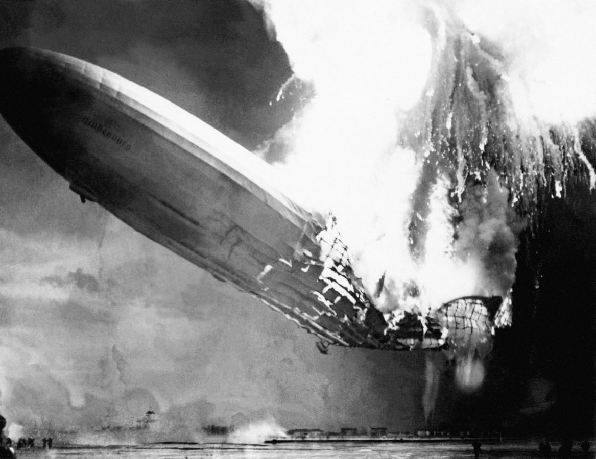 De Hindenburg verandert in een halve minuut in een vuurbal